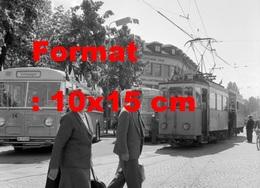 Reproduction Photographie Ancienne De Piétons Passant Devant Un Tramway Circulant à Thun-Steffisburg En Suisse En 1958 - Riproduzioni