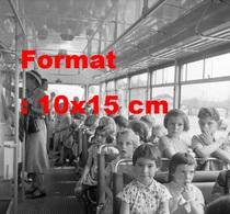 Reproduction D'une Photographie Ancienne D'enfants Dans Un Tramway Circulant à Thun-Steffisburg En Suisse En 1958 - Riproduzioni