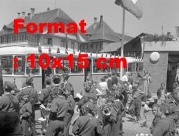 Reproduction Photographie Ancienne D'une Fanfare Pour La Fête D'adieu Du Tramway à Thun-Steffisburg En Suisse En 1958 - Riproduzioni