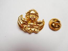 Beau Pin's En  Relief , Ange , Angelot , Signé Korus Pour 3S - Pin's & Anstecknadeln
