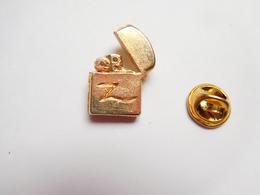 Beau Pin's En  Relief , Tabac ,  Briquet Zippo - Pins