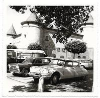 PHOTO - DS Et Autres Véhicules Devant Château De NYON  - Ft 8,5 X 8,5 Cm - Cars