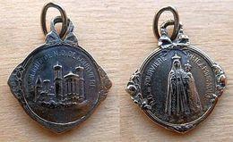 Mada-144 Médaille Ancienne Finement Travaillée En Ag (poinçon) , Gravée France , N.D. De Fourvières - Godsdienst & Esoterisme