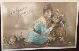 """Cpa, Fantaisie, """"j'apporte Le Souvenir"""", éd Croissant Paris, Femme élégante Avec Pot De Fleurs, écrite En 1906 - Mujeres"""