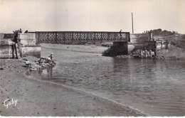 14 - COURSEULLES Sur MER : Le Pont Sur La Seulles ( Pëcheurs à La Ligne ) CPA Village (4.120 Habitants ) - Calvados - Courseulles-sur-Mer