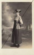 Carte Photo Une Femme à La Mode Chapeau Folklore Gaffard De Toulouse - Photos