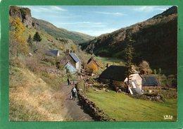15 EN AUVERGNE - Dans Un Petit Village Du Cantal - Les Travaux De La Ferme - CPSM Couleur Année 1969 - Auvergne