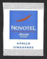 Etiquette    Apollo Hôtel,  Singapour.   Novotel  (Accor Hôtels).  Luggage Label. - Etiquettes D'hotels