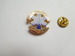 Superbe Pin's En EGF , Médical , Rueil Ambulances , SAMU , Signé Harmonie - Medical