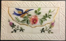 Preciosa Postal Bordada En Tela. Pajaro Con Rosa. Principios Siglo XX. - 1889-1931 Royaume: Alphonse XIII