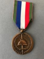 Médaille 60° Anniversaire 1914-1918  (Provenant Du Cadre  Fabriqué  Par Le Propriétaire Qui  était Sculpteur JT... - Médailles & Décorations