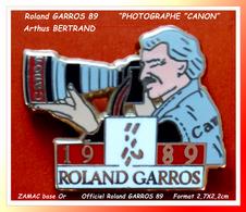 "SUPER PIN'S Arthus BERTRAND, Officiel Roland GARROS 89 : SPONSOR PHOTOGRAPHE ""CANON"", Format 2,7X2,2cm - Arthus Bertrand"