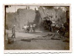 Agriculture : Photo D'une Scène De Battage, Dépiquage, Batteur, Batteuse, Dans Une Ferme. - Métiers
