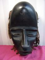 Masque Africain Avec Tresses Et Petits Sacs ( Gri-gri ?) Fin XIXe - Art Africain