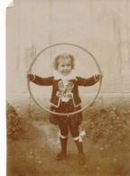 Photo Vintage Garçon Identifié Michel Rault Avec Cerceau Vêtements Mode Jeu - Persone Anonimi