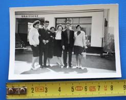 MONTAUBAN Avril 1960 PERSONNEL AVEC NOS AMIS DEVANT LE GARAGE AUTOMOBILE Photographie Photos Photo Originale Ordre Privé - Automobile