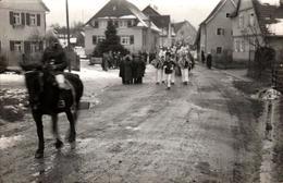 Carte Photo Originale Fête De Village, Cavalcade Et Défilé De Fanfare Avec Cavalier Au 1er Plan Vers 1930 Sous La Neige - Plaatsen