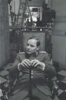 PHOTO Cartonnée 10 X 15 . MILITARIA . Officier (croix De Guerre Sur Veste ) Dans Fauteuil .( Image De Film?) - Krieg, Militär