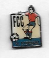 Pin's  Ville, Sport  Foot - Ball  F.C.C.  ISLE  D' ESPAGNAC  Joueur  Maillot  Rouge  ( 16 ) - Football