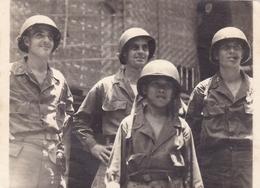 PHOTO ORIGINALE 39 / 45 WW2 U.S ARMY JAPON OKINAWA SOLDATS AMERICAIN AVEC UN ENFANT - Guerra, Militares