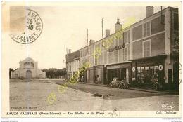 79. SAUZE VAUSSAIS . Les Halles Et La Place . - Sauze Vaussais