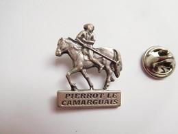 Superbe Pin's En Relief , Camargue Safari , Guide  Pierrot Le Camarguais , Le Grau Du Roi , Cheval , Camargue - Ciudades