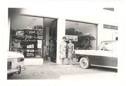 Photo 2 Femmes Devant Une épicerie , Automobiles, Pub Findus - Professions