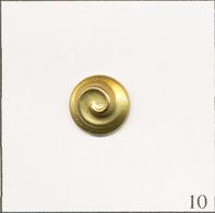 Pin's Mode / Beauté - Parfum Nina Ricci. Non Estampillé. Métal Doré. T719B-10 - Parfums