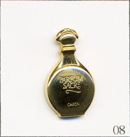 """Pin's Mode / Beauté - Parfum / Caron """"Parfum Sacré"""". Estampillé Aubert. Métal Doré. T719B-08 - Parfums"""