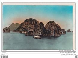 """Cpa       Ref-JP-O-689 (  Nord-Viet-Nam  )      Les Rochers De La BAIE D'ALONG    """"""""  Un Navire  """" - Vietnam"""