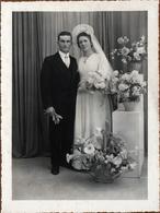 Grand Tirage Photo Portrait De Mariés Signé P. Lecouté De Les Pieux Vers 1940/50 - Arômes & Roses Blanches - Personnes Identifiées