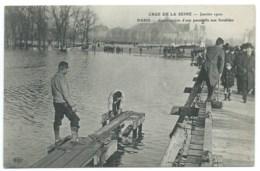 CPA INONDATIONS DE PARIS 1910 / CRUE DE LA SEINE / CONSTRUCTION D'UNE PASSERELLE AUX INVALIDES - Inondations De 1910