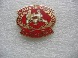 Pin's Du KARATE Club De La Ville De Dampmart (Dépt 77) - Lutte