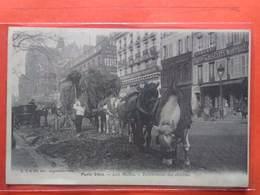 CPA (75) Paris Vécu.Aux Halles Enlévement Des Dédritus. .  (N.1635) - Straßenhandel Und Kleingewerbe