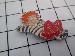 920 Pin's Pins / Beau Et Rare / THEME : AUTRES / ROUQUIN EN MAILLOT RAYE EN TRAIN DE GLANDER ! Malins Les Rouquins - Autres