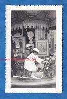 Photo Ancienne Snapshot - à Situer - Beau Portrait D'une Petite Fille Sur Moto D'un Manège GAUDIN - Enfant Fête Foraine - Automobiles