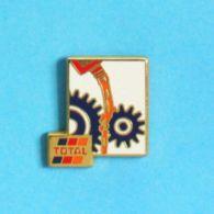 1 PIN'S //  ** LUBRIFIANTS TOTAL ** . (Arcane) - Carburants