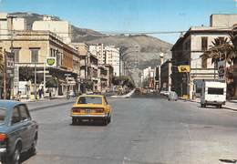 """M09047 """"TRAPANI-PIAZZA VITTORIO E VIA G.B. FARDELLA""""-ANIMATA-DISTRIB. BP/AGIP-AUTO '60- CART. ILLUSTR. ORIG.   SPED.1976 - Trapani"""