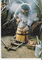 LE TONNELIER. CP Vieux Métiers Et Traditions Opération De Cerclage à Chaud Ed. Pastre CHAVANIAC LAFAYETTE - Craft