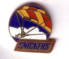 E95 Pin's Parachute Parapente Snickers Qualité EGF Achat Immédiat - Paracadutismo