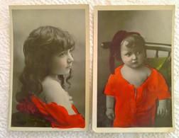 Lot 2 CPA Enfant Fillette Posant Dans Drapé Rouge Et Bébé - Pretty Girl Photo - Portraits