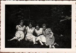 Photo Originale Portrait De 4 Copines Adolescentes Assises Sur L'Herbe En 1936 - Pin-up