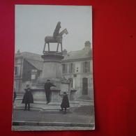 CARTE PHOTO LIEU A IDENTIFIER MONUMENT AVEC CHEVAL DE BOIS ET CAFE - Zu Identifizieren