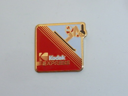 Pin's KODAK EXPRESS, DESCENTE A SKI - Fotografie