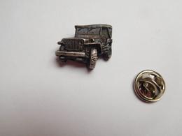 Beau Pin's En Relief , Armée Militaire ,  Débarquement En Normandie Juin 44 , Véhicule 4X4 Jeep US - Militares