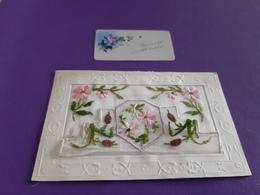 Jolies Fleurs Brodées Avec Petite Carte En Celluloïd - Bestickt