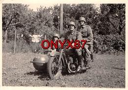PHOTO 10 X 7 Cms-MOTO-MOCYCLETTE-SIDE-CAR-Guerre-39/45 Krieg Soldaten-Soldat-Tenue-Uniforme Casque WW2-Emmendingen Foto - Véhicules