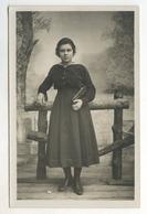 CARTE PHOTO ANCIENNE Femme Portrait Studio Non Identifié Décor Peint Toile Peinte Sac à Main Robe 1930 - Anonymous Persons