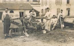 """Issoudun (Indre) - Carte Photo - Caserne Jardon - Les Jardiniers Du 68 ème RI Au Repos """"à 176 Jours De La Fuite"""" - Issoudun"""