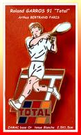 "SUPER PIN'S Roland GARROS 91, Sponsor ""TOTAL"" : Signé Arthus BERTRAND En ZAMAC Base Or, Tenue Blanche, Format 2,5X1,5cm - Arthus Bertrand"